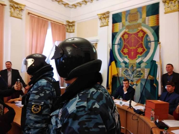 За порядком на сесії міськради у Полтаві слідкує служба охорони у спецобладунках (ВІДЕО)