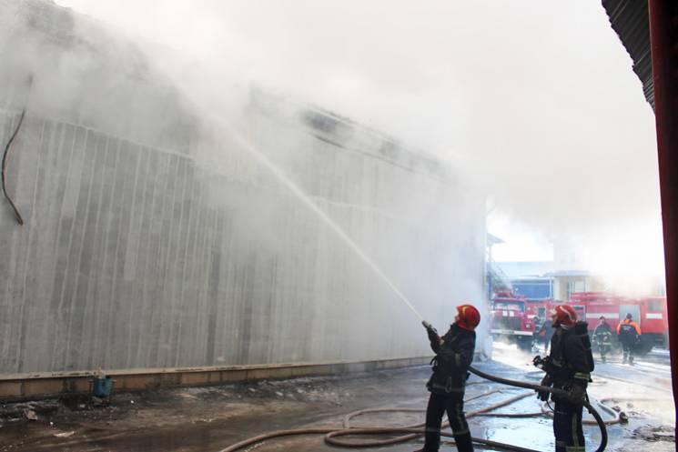 У Хмельницькому горіли продуктові склади (ФОТО, ВІДЕО)