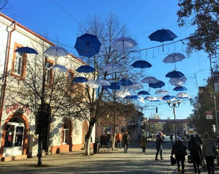 Закарпатське Берегово незвичайно прикрасили до зимових свят (ФОТО)