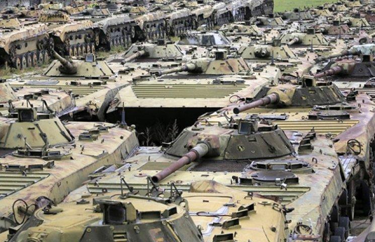 Яценюк заявил, что подкинет на ремонт военной техники еще миллиард