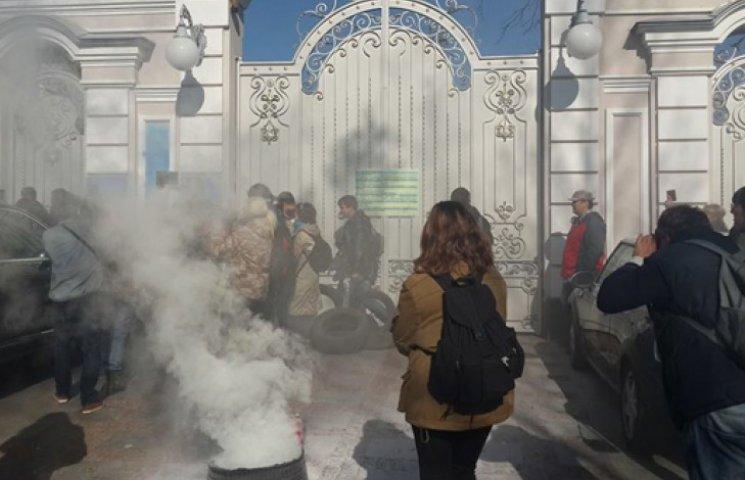 Автомайдан приїхав до будинку Порошенка і підпалив шини