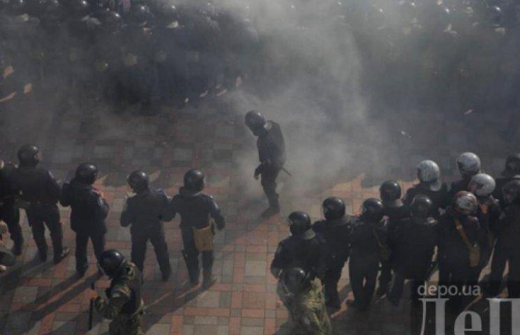 Под ВР «Правый сектор» взрывает петарды и кидает в силовиков дымовые шашки