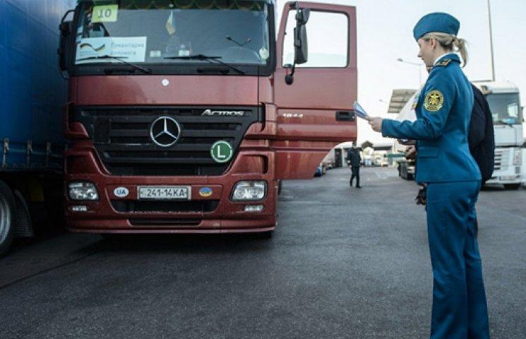 Імпорт товарів в Україну в серпні скоротився майже наполовину
