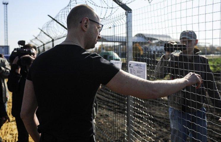 Яценюк проинспектировал «Стену» на границе с Россией