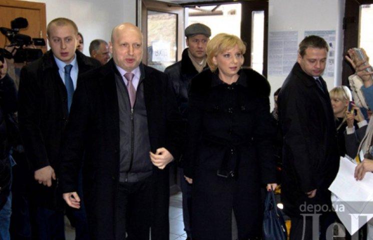 Турчинов пришел голосовать с женой и надеждой