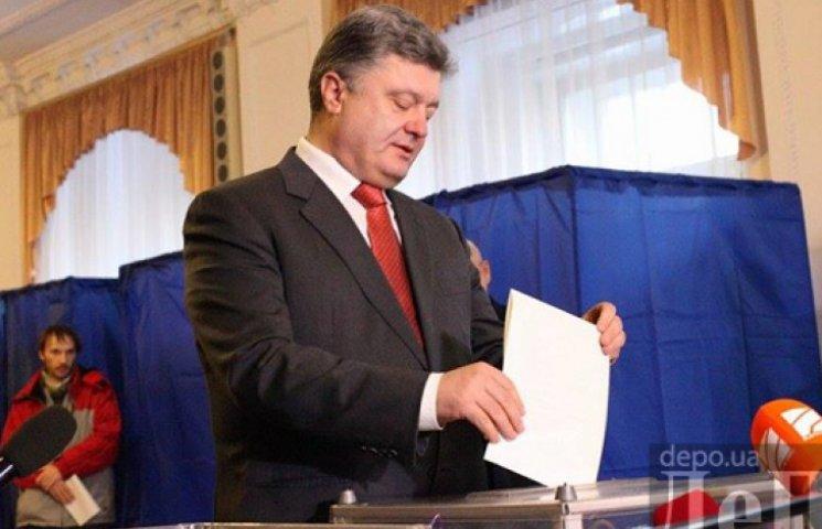 Президент вернулся с Донбасса довольный и проголосовал