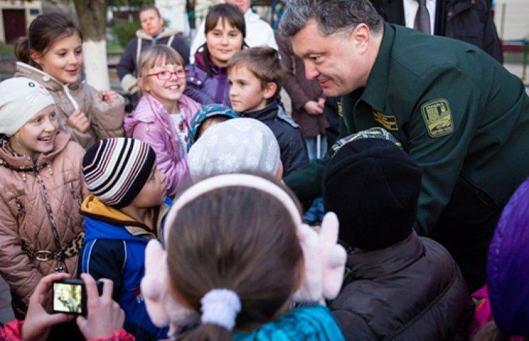 Порошенко доручив Яценюку подбати про дітей воїнів АТО