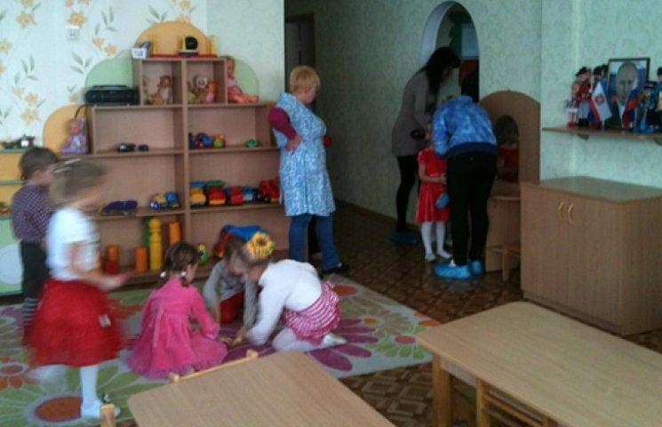 ФОТО ДНЯ: кримчан привчають поклонятися Путіну з дитинства