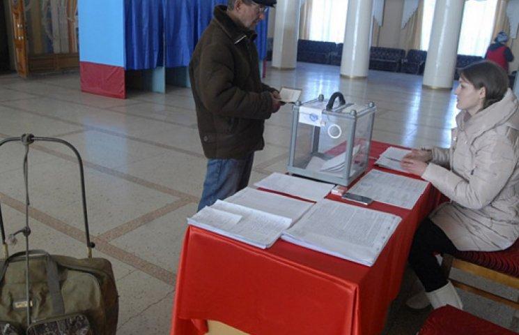 Террористы в Алчевске уже меняют голоса «избирателей» на «соцкарточки»