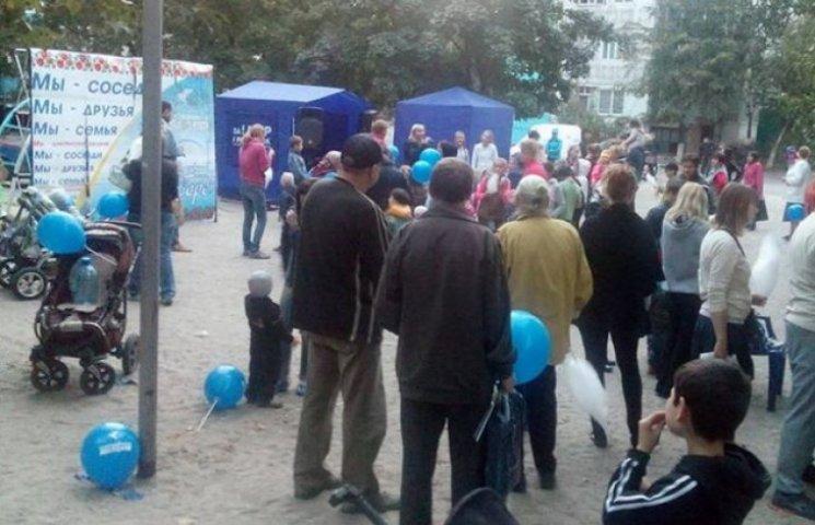 """У Дніпропетровську """"опоблоківці"""" заманюють виборців """"солодкою гречкою"""""""