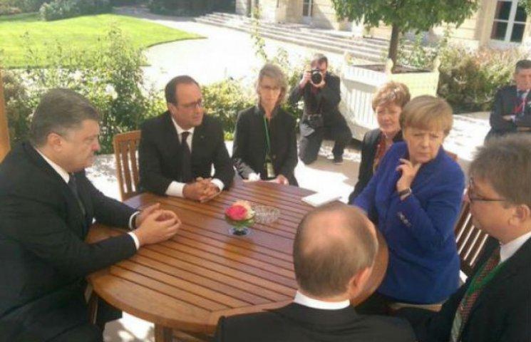 """""""Нормандські"""" лідери сіли за столиком з попільничкою просто на вулиці (ФОТОФАКТ)"""