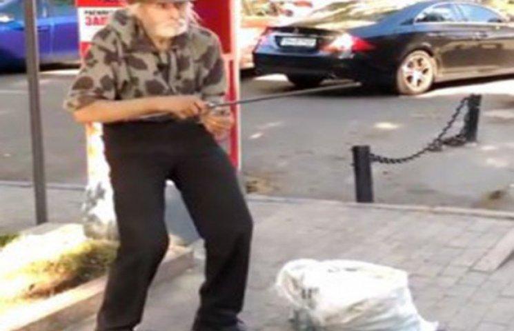 Одесит заробляє гроші на сплату комунальних послуг, граючи на пляшці