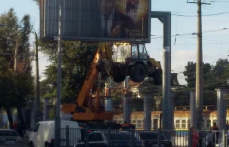 В Одесі на залізничному вокзалі перенесли трактор через паркан