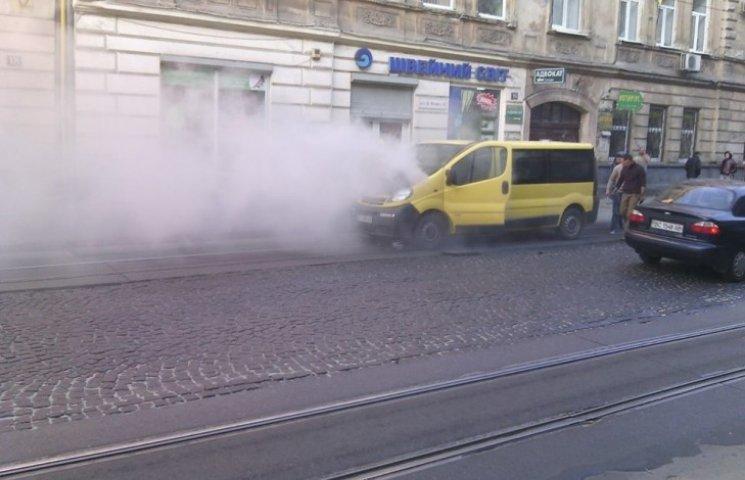 У Львові зранку згорів бус
