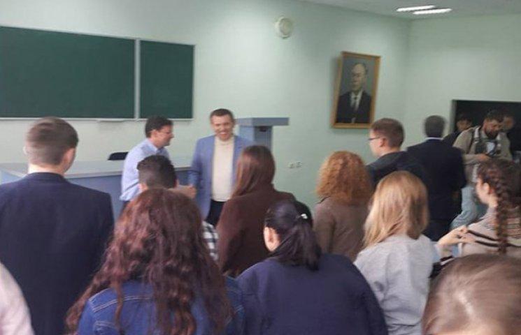 Кандидат в мери Одеси від Саакашвілі похизувався перед студентами в компанії Ківалова