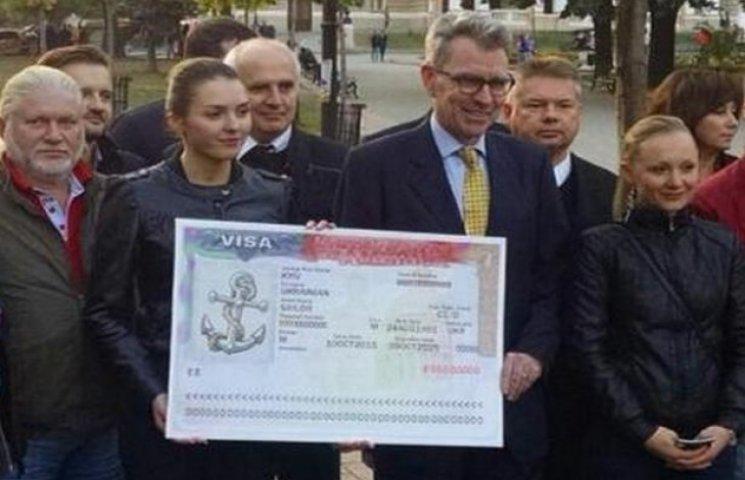 В Одесі посол США Джеффрі Пайєтт вручив перші паспорти з довгостроковою візою