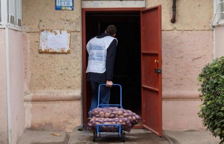 Кандидатка від партії Ківалова збирає голоси за картоплю