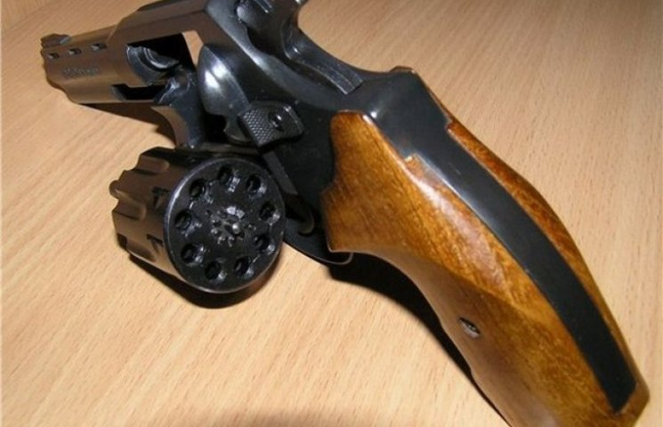 На Одещині хлопець розгулював по вулиці з пістолетом