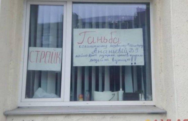 Вінницькі перукарки оголосили страйк та забарикадувались в салоні краси