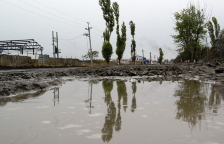 Дороги на Одещині ремонтують під дощем