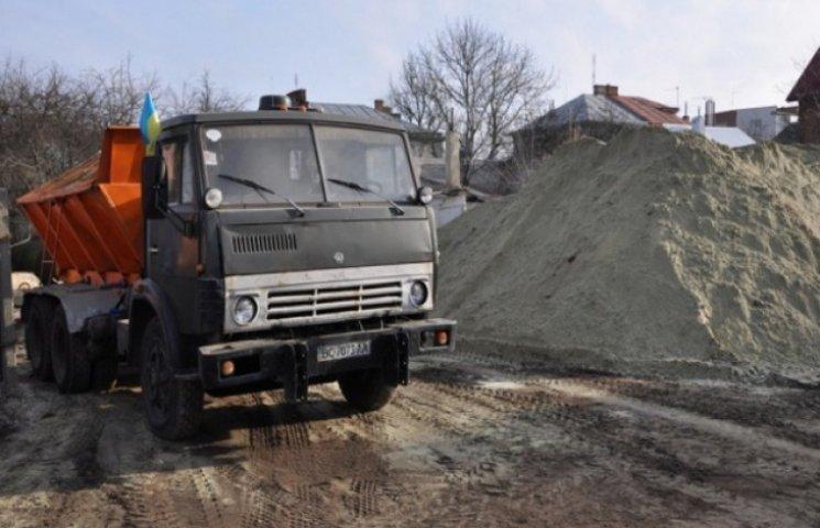 Львівський губернатор заготовив сіль і пісок на зиму