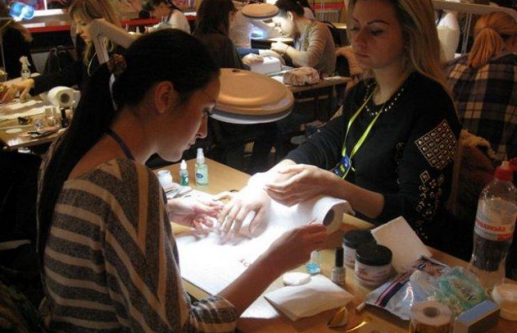 Більше 70 майстрів з усього світу прикрашають нігті у Хмельницькому