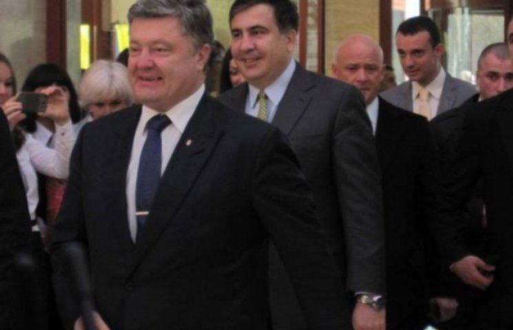 До приїзду Петра Порошенка в Одесі скрізь латали дороги та трохи перестаралися