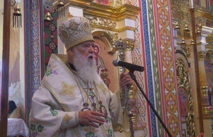 Патріарх Філарет перебуваючи на Хмельниччині вручив нагороди волонтерам