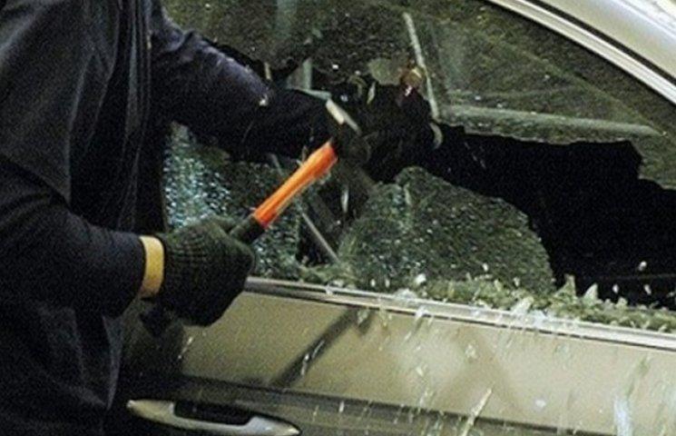 Житель Дніпропетровщини з подільником обікрали авто на Одещині