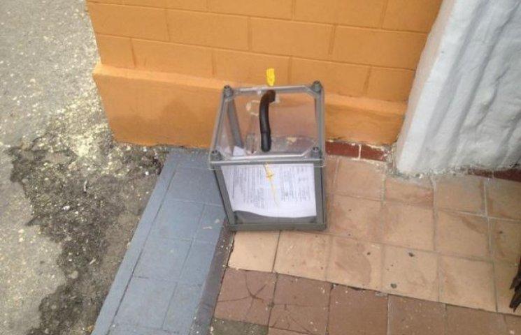 В Одесі зафіксовано, як члени комісії лишили виборчу урну на вулиці