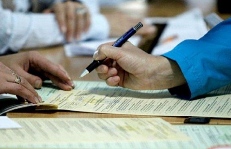 В Одесі через черги виборці голосують на підвіконнях