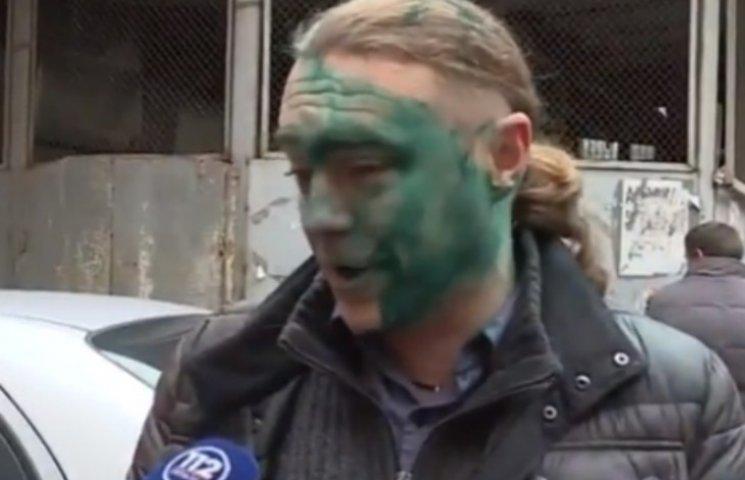"""Под Печерским судом """"свободовца"""" Мирошниченко облили зеленкой с криками """"Курва!"""""""