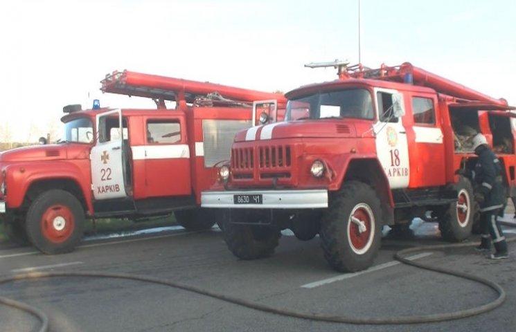Харківські рятувальники загасили фуру з дошками, яка спалахнула на ходу