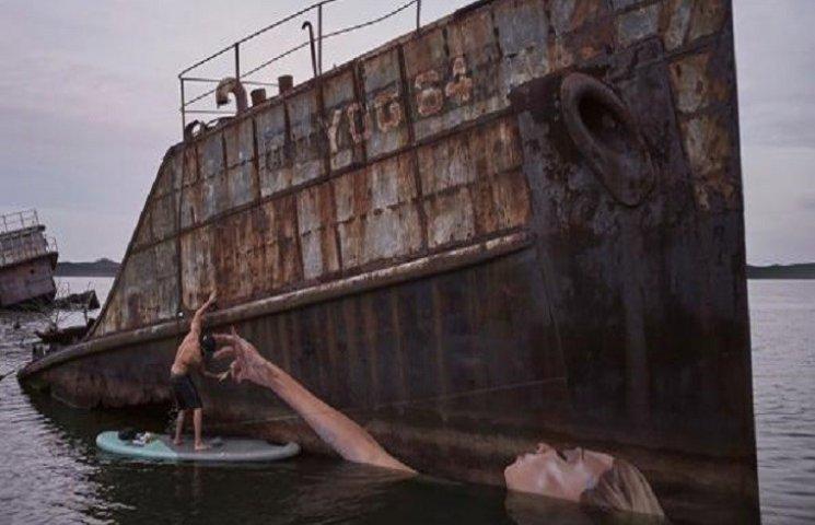 Художник Шон Йоро пише дивовижні картини, балансуючи на дошці для серфінгу