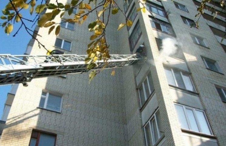 """Щоб викликати вінничанці """"швидку"""", довелося залізти в квартиру по драбині"""