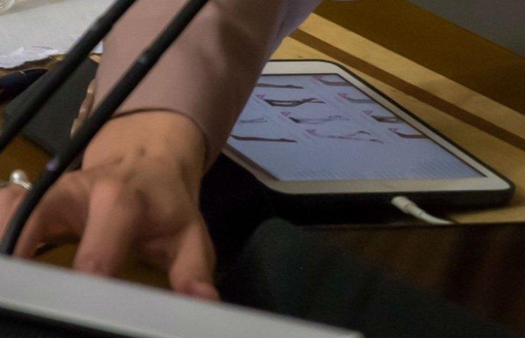 Сироїд під час засідання Ради примірялася до панчох (ФОТО)
