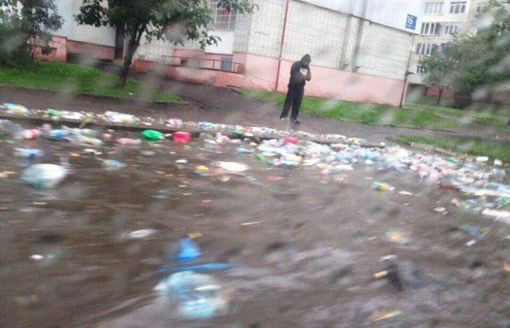 Відео дня: Львів затопило сміттям і як хасиди на балконі смажили шашлик