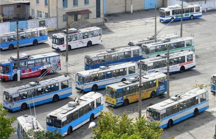 """Дніпровські ремонтники """"відрихтують"""" хмельницький """"радянський"""" тролейбус"""
