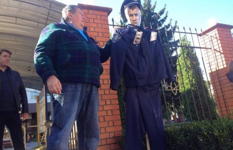 У Хмельницькому активісти під управлінням поліції вимагають звільнення Семенишина
