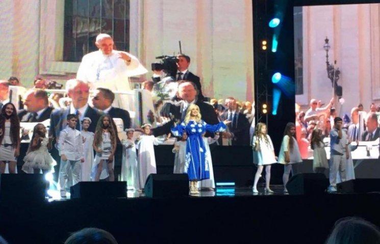 """Бужинська у розкішній сукні представила гімн проекту """"Діти за мир у всьому світі"""""""