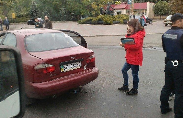 У Миколаєві біля зоопарку зіштовхнулись трамвай та Lanos: утворився затор
