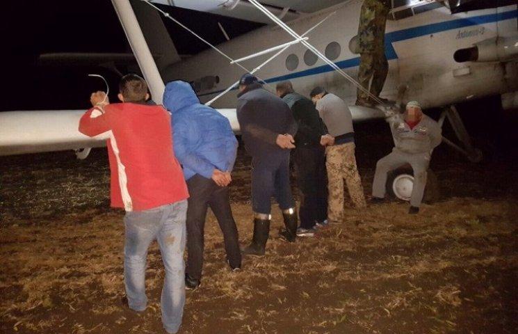 СБУшники на Хмельниччині затримали літак з контрабандою