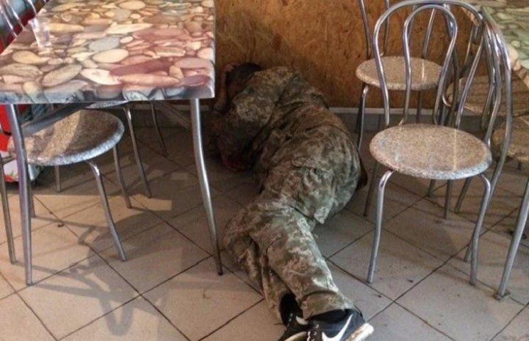 Честь мундира на підлозі: на Миколаївщині військовий напився та ліг спати в кафе