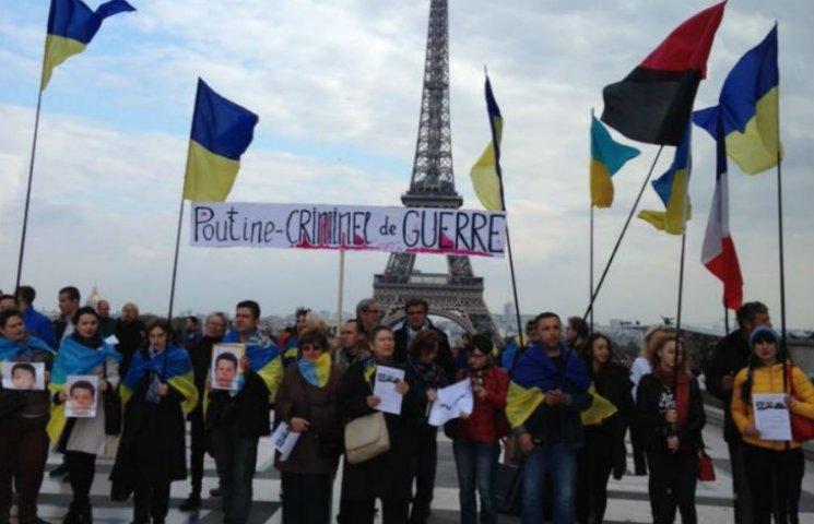 Біля Ейфелевої вежі вимагали не пускати Путіна до Парижа (ФОТО)