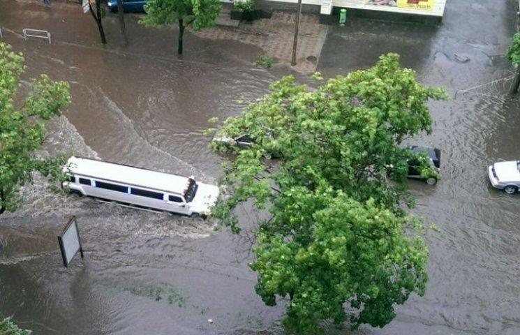 У Харкові сильний дощ затопив вулиці