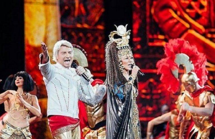 Повалий выступила на сцене Кремля с канделябром на голове в образе Клеопатры