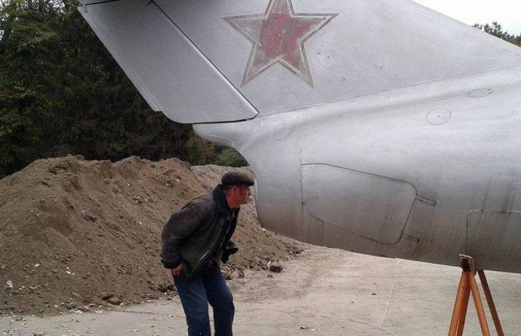 У Вінниці з постаменту зняли літак-пам