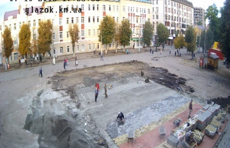 Мер Хмельницького не задоволений якістю ремонту площі перед кінотеатром Шевченка