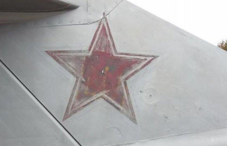 На винницком самолете-памятнике советской эпохи обнаружили трезубец