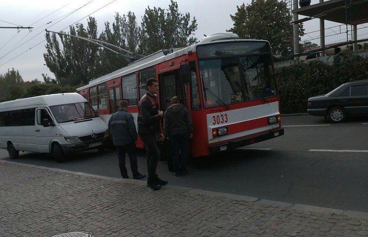 У центрі Миколаєва тролейбус в